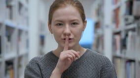 Młoda Kobieta Gestykuluje ciszę, palec na wargach, Salowych zbiory
