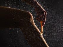 Młoda kobieta goli jej nogę pod prysznic Zdjęcie Royalty Free