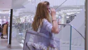 Młoda kobieta iść z sklepu odzieżowego zbiory wideo