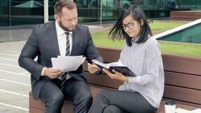 Młoda kobieta i biznesowy mężczyzna dyskutuje projekt przy spotkaniem zbiory