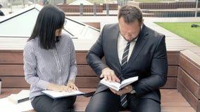Młoda kobieta i biznesowy mężczyzna dyskutuje projekt przy spotkaniem zbiory wideo