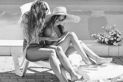 Młoda kobieta i dziewczyna przy basenem zdjęcie royalty free