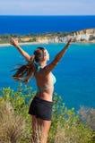 Młoda kobieta i Gerakas plaża - Zakynthos, Grecja obrazy stock