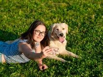 Młoda kobieta i jej życzliwy pies bierze selfie przy parkiem obrazy royalty free