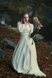 Młoda kobieta i jej mała stajni sowa obraz royalty free