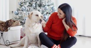 Młoda kobieta i jej psi odświętność boże narodzenia zdjęcie wideo