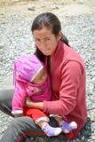 Młoda kobieta i jej syn przy Tybetańską wioską w Ladakh, India Zdjęcie Stock