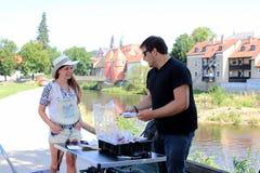 Młoda kobieta i mężczyzna podczas gdy łowiący na rzece w Bavaria Zdjęcie Stock