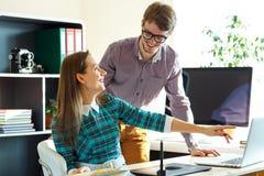 Młoda kobieta i mężczyzna pracuje od domu - nowożytny biznesowy pojęcie Zdjęcie Stock