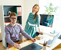 Młoda kobieta i mężczyzna pracuje od domu - nowożytny biznesowy pojęcie Fotografia Stock