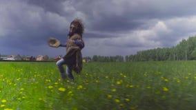 Młoda kobieta i psi bieg na polu zbiory wideo