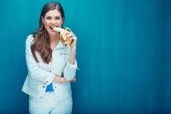 Młoda kobieta je banana czuć szczęśliwego po to, aby Obraz Royalty Free