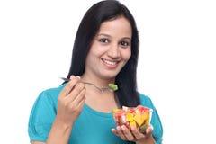 Młoda kobieta je owocowej sałatki Obraz Royalty Free