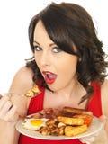 Młoda Kobieta Je Pełnego Angielskiego śniadanie obrazy royalty free