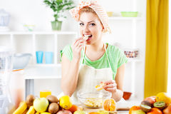 Młoda kobieta je pomarańcze Obrazy Royalty Free