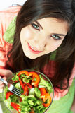 Młoda kobieta je sałatki zdrowe jedzenie wegetarianin Fotografia Royalty Free