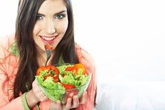 Młoda kobieta je sałatki zdrowe jedzenie wegetarianin Obraz Royalty Free