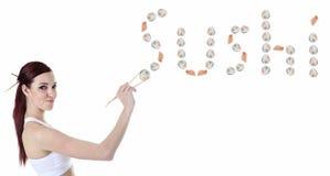 Młoda kobieta je suszi kawałek przeciw bielowi Obraz Stock