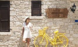 Młoda kobieta jedzie motocykl Młody jeździec cieszy się na wycieczce Przygody i wakacji poj?cie obrazy royalty free