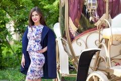 Młoda kobieta jest pozować inear brougham fotografia royalty free