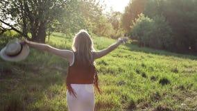 Młoda kobieta jest szczęśliwa i czuje swobodnie, w na wolnym powietrzu zdjęcie wideo