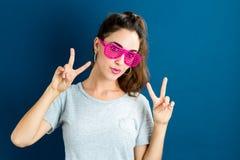 Młoda kobieta jest ubranym żaluzję cieni okulary przeciwsłonecznych fotografia royalty free