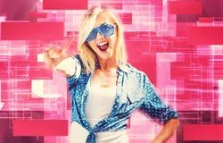 Młoda kobieta jest ubranym żaluzję cieni okulary przeciwsłonecznych Fotografia Stock