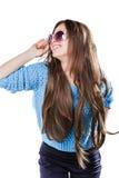 Młoda kobieta jest ubranym błękitną trykotową pulower pozycję na białym tle z odosobnienie punktami z ciemnym włosy Utrzymuje szk Obrazy Royalty Free