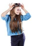 Młoda kobieta jest ubranym błękitną trykotową pulower pozycję na białym tle z odosobnienie punktami z ciemnym włosy Utrzymuje szk Fotografia Stock