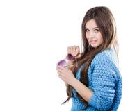 Młoda kobieta jest ubranym błękitną trykotową pulower pozycję na białym tle z odosobnienie punktami z ciemnym włosy Utrzymuje szk Obraz Royalty Free