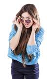 Młoda kobieta jest ubranym błękitną trykotową pulower pozycję na białym tle z odosobnienie punktami z ciemnym włosy Utrzymuje szk Zdjęcia Stock