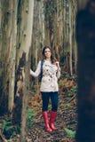 Młoda kobieta jest ubranym jesieni modę odziewa Fotografia Stock