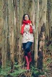 Młoda kobieta jest ubranym jesieni modę odziewa w lesie Obrazy Stock