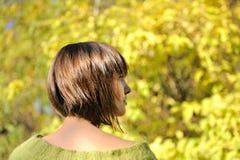 Młoda kobieta jest ubranym krótko koczek fryzurę fotografia stock