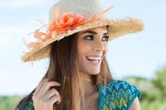 Młoda Kobieta Jest ubranym Kwiecistego Słomianego kapelusz Obrazy Stock