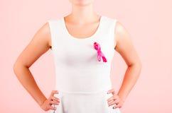 Młoda kobieta jest ubranym różowego tasiemkowego pojęcie pierś obrazy stock