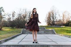 Młoda kobieta jest ubranym retro suknię w parku Zdjęcia Stock