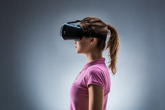 Młoda Kobieta Jest ubranym rzeczywistości wirtualnej słuchawki W studiu emocje Boczny widok fotografia stock
