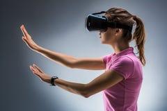 Młoda Kobieta Jest ubranym rzeczywistości wirtualnej słuchawki W studiu emocje Boczny widok obrazy stock