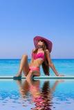Młoda kobieta jest ubranym słomianego kapelusz Zdjęcia Royalty Free