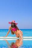 Młoda kobieta jest ubranym słomianego kapelusz Obrazy Stock