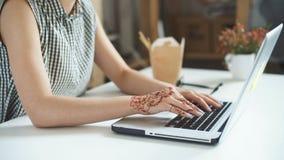 Młoda kobieta jest ubranym smartwatch używać laptop zbiory wideo