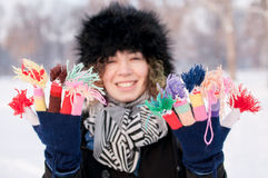 Młoda kobieta jest ubranym trykotowe kolorowe rękawiczki Fotografia Royalty Free