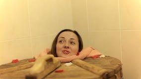 Młoda kobieta jest w cedr baryłce w zdroju salonie indoors Zakończenie zbiory wideo