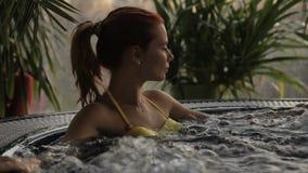 Młoda kobieta jest w zdroju pływackim basenie indoors zbiory