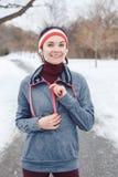 Młoda kobieta jogging outside w zima parku zdjęcie stock