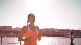 Młoda kobieta jogging w zmierzchu, zwolnione tempo zbiory