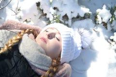 Młoda kobieta kłama w śniegu obraz royalty free