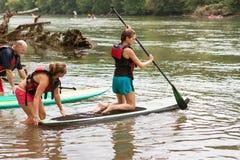 Młoda Kobieta Klęczy Na Paddleboard W Chattahoochee rzece obrazy royalty free
