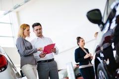 Młoda kobieta konsultant opowiada z klientem w przedstawienie pokoju obrazy stock